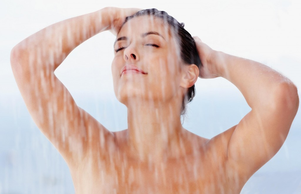 Apa fierbinte poate face mai mult rău decât bine tenului tău, așa că ar fi indicat să renunți la dușurile fierbinți