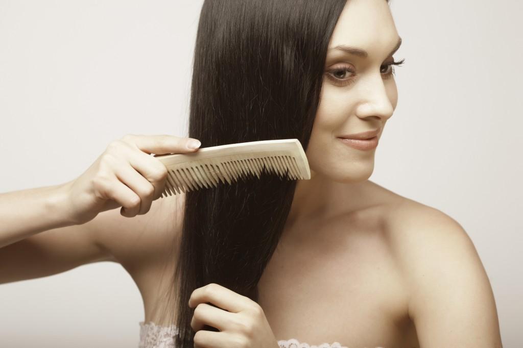 La finalul zilei, peria de păr poate fi aliatul tău de nădejde în lupta împotriva stresului și a durerilor de cap