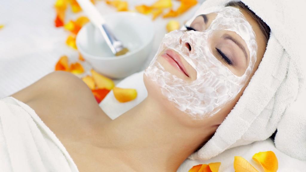 Odată masca aplicată, întinde-te, închide ochii și relaxează-te