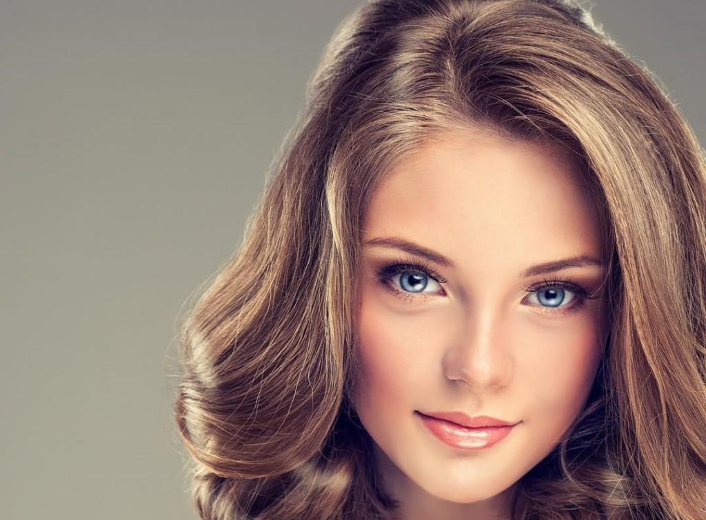 Această tendință de păr transformativ numită Golden Bronde se potrivește oricărui tip de ten