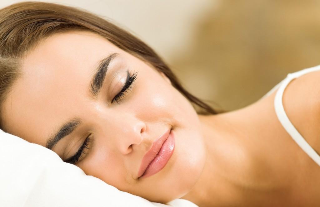 Odihnește-te suficient și folosește fețe de pernă din satin